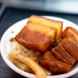 台中、第二市場でいつも行列ができるお店「山河魯肉飯(シャンフールーローファン)」は、迫力満点の角煮がのった超絶美味しいお店だった