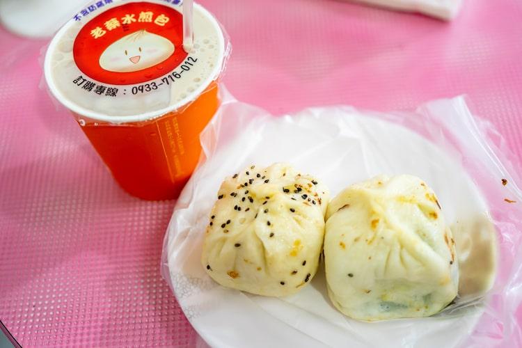 肉包 15元(およそ70円)、韮菜包(ニラまん)15元(およそ70円)、そして飲み物に奶茶 20元(およそ80円)