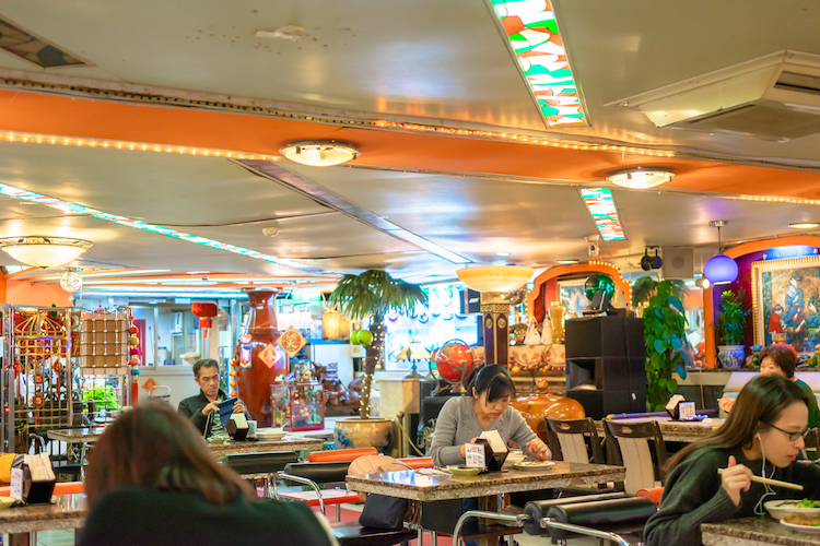 台湾でもないし日本でもないこの雰囲気、お店のBGMはなぜか日本の演歌でした。