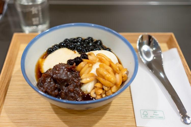 9種類のメインメニューから1つ選び、スープ・サラダ・ごはん・小鉢2つがついてくる定食スタイル。